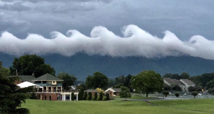 Mây gợn sóng Kelvin-Helmholtz trên đỉnh núi Smith.