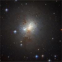 """Siêu lỗ đen bằng 1 triệu Mặt trời là trái tim thiên hà """"bùng nổ"""""""