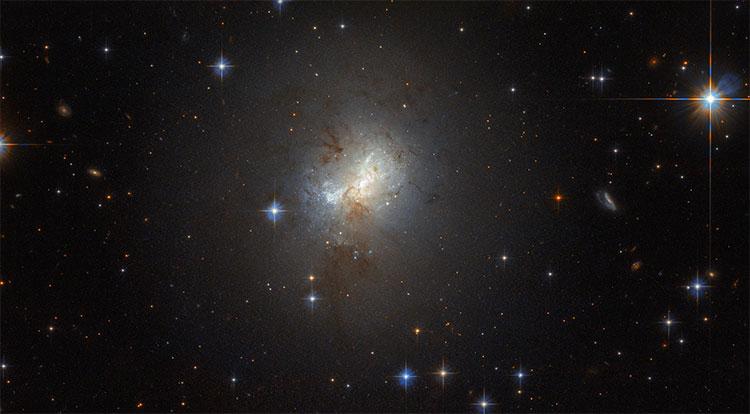 """Thiên hà lùn mang lỗ đen """"quái vật"""" quá lớn mà Hubble đã tìm thấy"""