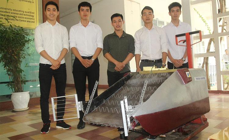 Sản phẩm máy thu gom rác thủy bộ và nhóm tác giả.
