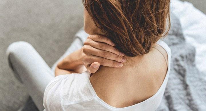 Sau một thời gian dài chịu sự chèn ép, các cơ bao quanh cổ bắt đầu bị căng cứng.