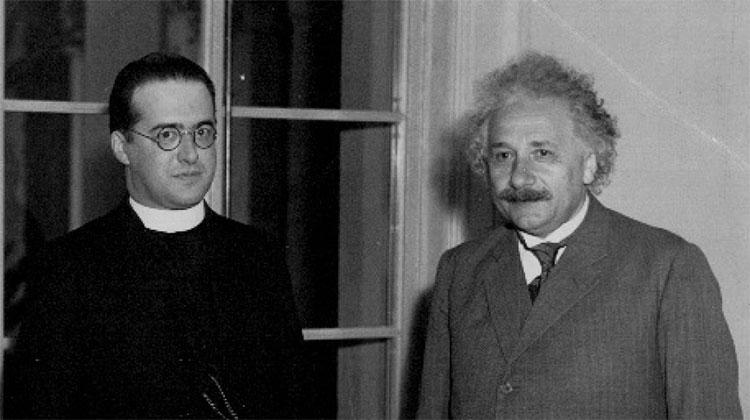 Georges Lemaitre (trái) và Albert Einstein.