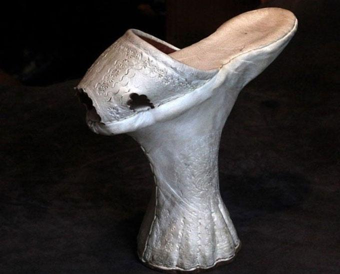Giày cao gót cao lênh khênh