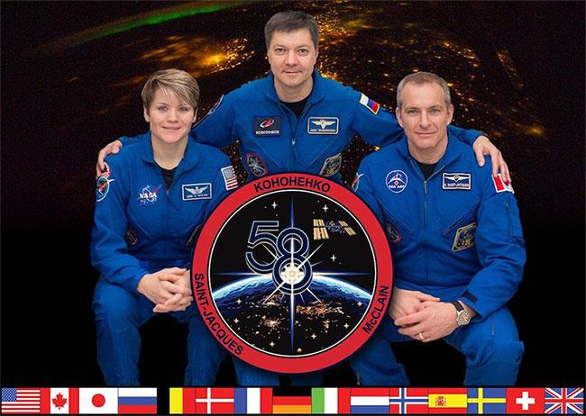 Phi hành gia NASA Anne McClain, chỉ huy người Nga Oleg Kononenko và kỹ sư máy bay người Canada David Saint-Jacques.