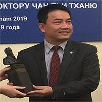 Tặng bức tượng Viện sĩ Igor Kourchatov cho Tiến sĩ Trần Chí Thành