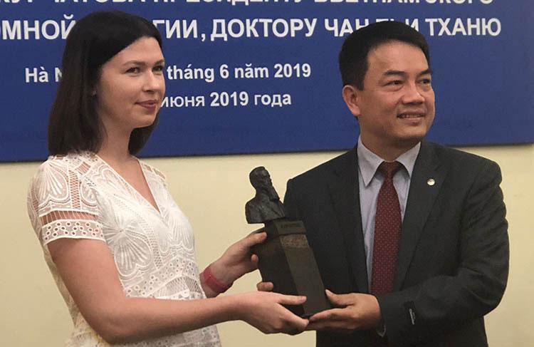 Bà Anna Zykova, đại diện của ROSATOM Đông Nam Á trao bức tượng cho TS Trần Chí Thành.