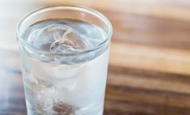 Đồ uống nóng giúp làm mát nhanh hơn chứ không phải nước lạnh.