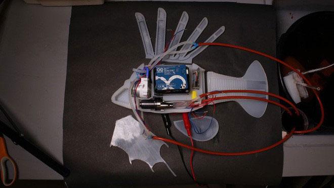 Các nhà khoa học đã sử dụng pin dạng lỏng thay cho chất lỏng thủy lực để di chuyển robot.
