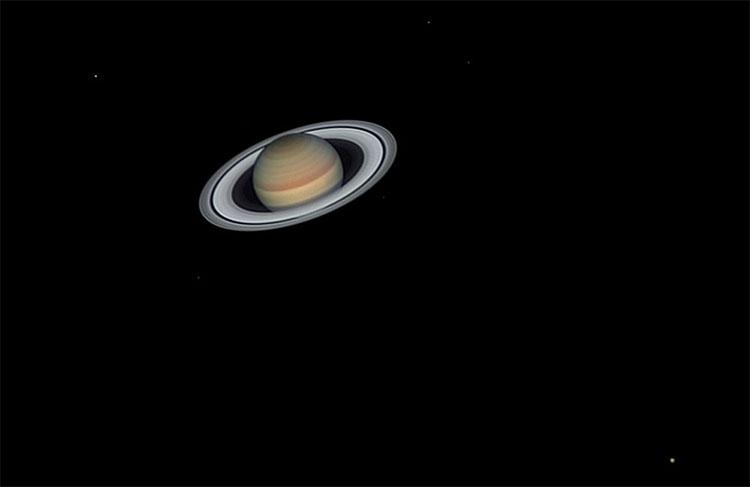 Sao Thổ và các mặt trăng của nó