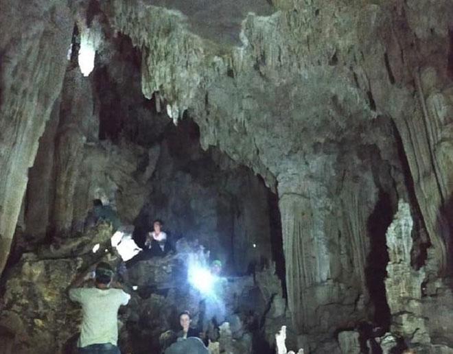 Cô Lum là chuỗi hang động có vẻ đẹp nguyên sơ với nhiều nhũ thạch tuyệt đẹp.