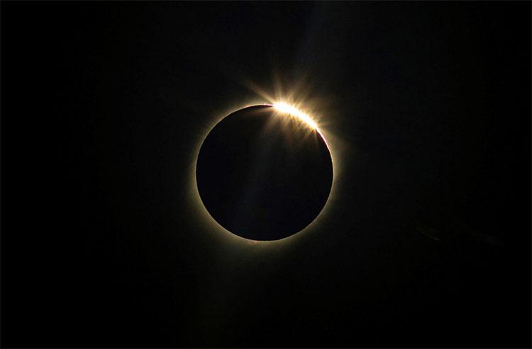Mặt Trăng gần như che lấp hoàn toàn Mặt Trời tại La Higuera, Chile.