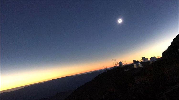 Bầu trời tối sầm lại khi nhật thực diễn ra ở đài quan sát La Silla ở Chile.