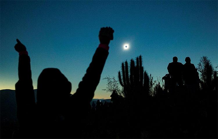 Nhiều người tỏ ra phấn khích khi được chứng kiến tận mắt hiện tượng thiên văn kỳ thú này ở La Higuera, Chile.