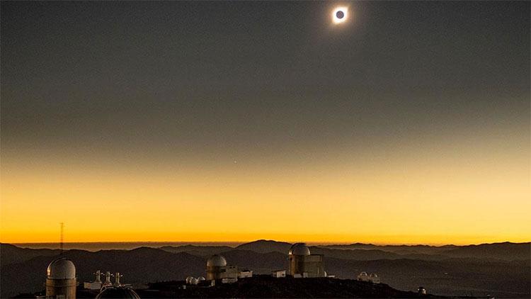 """Mỗi khi nhật thực toàn phần xuất hiện, ánh sáng của Mặt Trời tạo ra một """"vương miện"""" xung quanh có thể theo dõi thấy bằng mắt thường"""