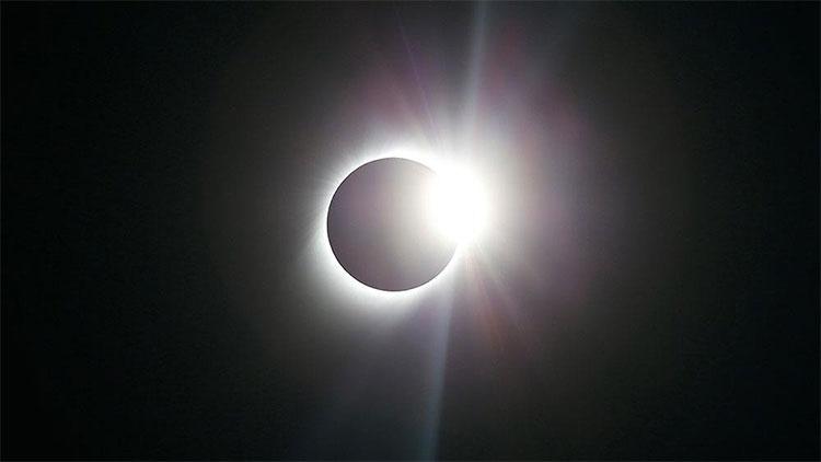 Cứ khoảng một năm rưỡi một lần, nhật thực toàn phần sẽ xảy ra ở một địa điểm trên Trái Đất