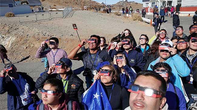 Người xem thử nghiệm kính theo dõi trước khi nhật thực diễn ra tại đài quan sát La Silla ở Coquimbo, Chile.