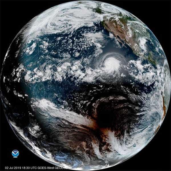 Bóng của Mặt Trăng hoàn toàn có thể nhìn thấy được qua ảnh vệ tinh chụp lại bề mặt Trái Đất từ vũ trụ.
