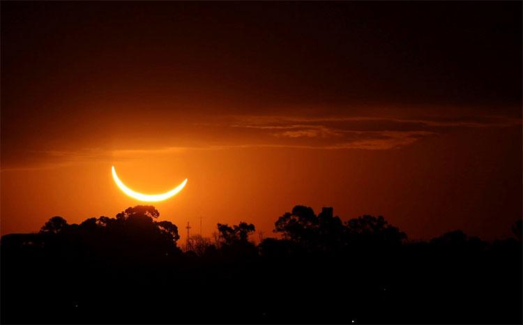 Mặt Trăng đi qua và che lấp toàn bộ Mặt Trời tại thủ đô Buenos Aires, Argentina hôm 2/7.