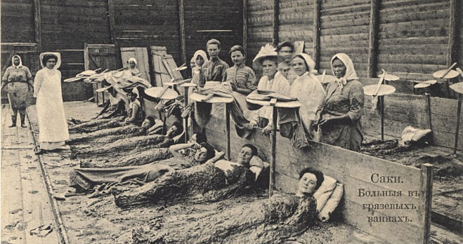 Những phụ nữ đắp lên người hỗn hợp bùn và phân cá sấu để làm đẹp da.