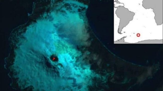 Ảnh vệ tinh của núi Michael năm 2018 và bản đồ về vị trí đảo Saunders.