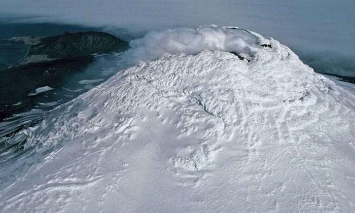 Núi lửa Michael trên đảo Saunders.