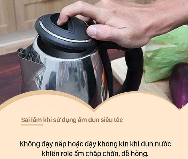 Không đậy nắp hoặc đậy không kín khi đun nước