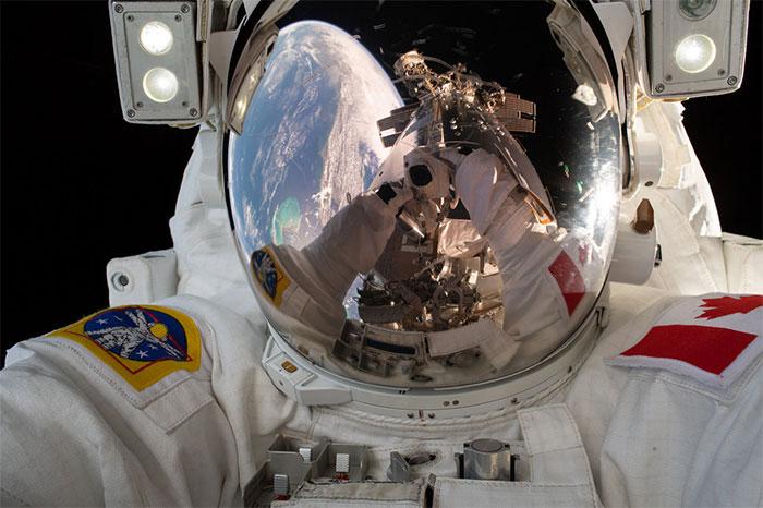 Hình ảnh Trạm Vũ trụ Quốc tế phản chiếu qua mũ của kỹ sư David Saint-Jacques, Cơ quan Vũ trụ Canada. (Ảnh: NASA).