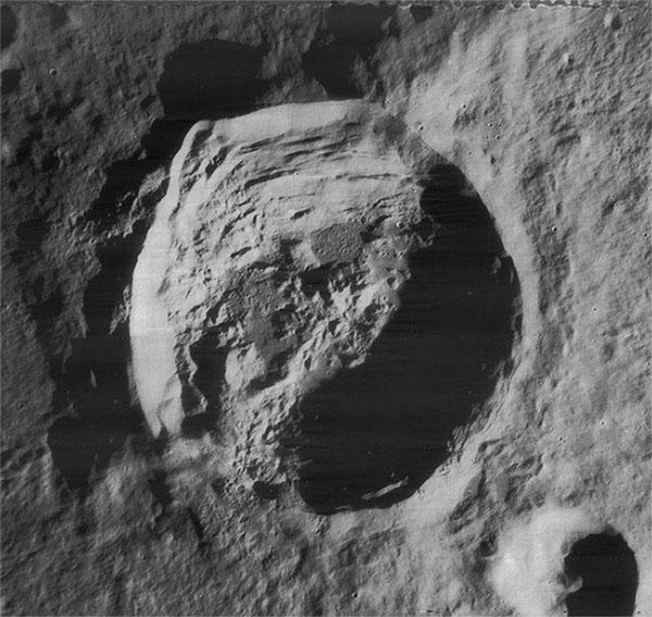 Miệng núi lửa Anaxagoras gần cực bắc Mặt trăng, chụp bằng tàu vũ trụ Lunar Orbiter 4 vào năm 1967.