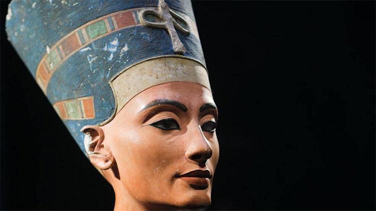 Nhan sắc Nữ hoàng Ai Cập Nefertiti được lưu giữ trong hình dáng một pho tượng bán thân.