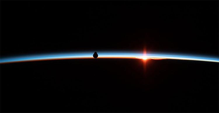 Phi thuyền SpaceX Crew Dragon hiện lên trên đường chân trời của Trái đất