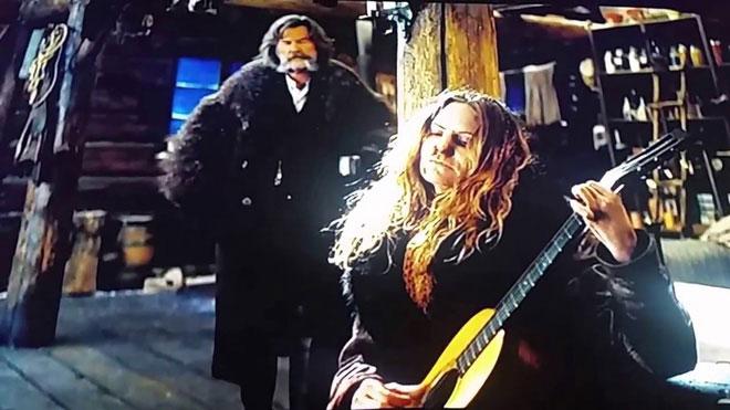 Lỡ tay làm hỏng cây guitar 150 tuổi trong lúc quay phim
