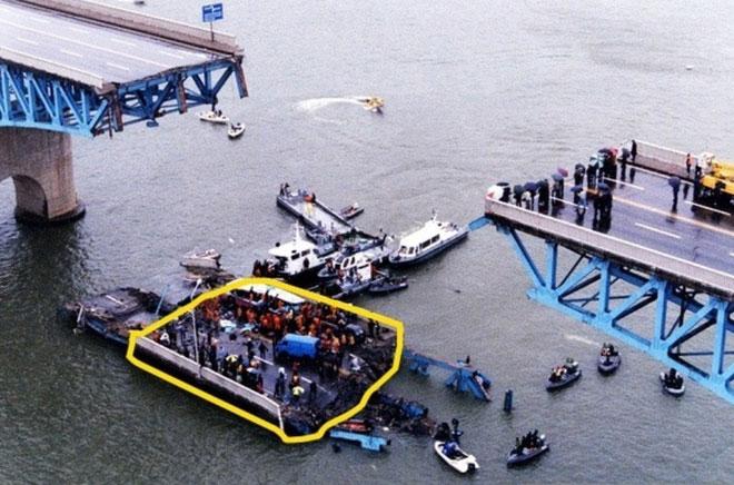 Nhịp cầu bị sập trên sông Hàn