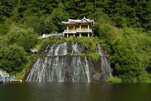 Thác nước gần núi Paektu.