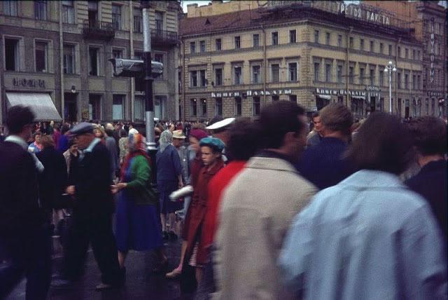 Dòng người tập nập trên những con phố của Leningrad.