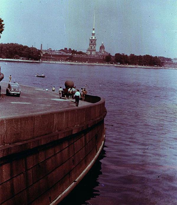 Quang cảnh bên bờ sông Neva.