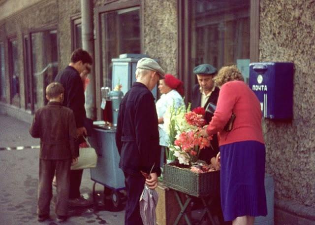 Hoa và soda được bày bán trên đường phố Leningrad năm 1963.