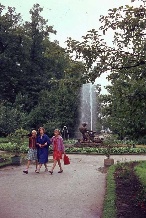 Những người phụ nữ Nga đi dạo qua Đài phun nước Samson trong Cung điện Mùa hè.