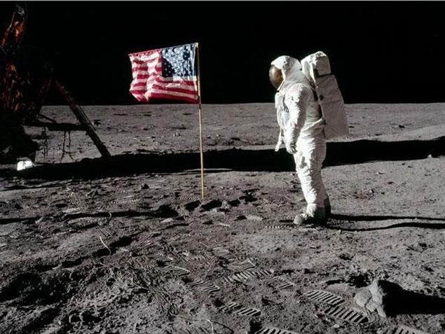 Bức ảnh với độ phân giải cao, lá cờ vẫy trên Mặt trăng là một vài trong số những chi tiết bị đặt dấu hỏi.