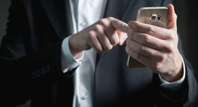 Không nên sử dụng điện thoại trong hoạt động thể thao.