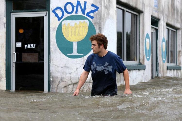 Mưa lớn do áp thấp nhiệt đới Barry mang vào đất liền tạo giông tố và ngập lụt nguy hiểm