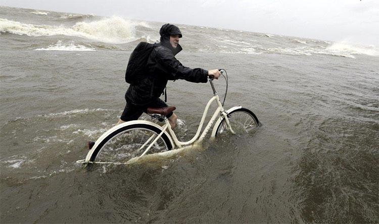 Trung tâm Bão Quốc gia cảnh báo nhiều vùng ở Louisiana tiếp tục hứng chịu mưa lớn từ 30-38cm, theo AP.
