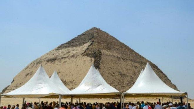 Người dân tụ tập xung quanh kim tự tháp Bent của pharaoh Sneferu
