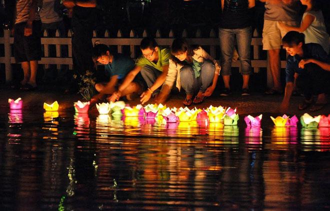Vào ngày 14 âm lịch hàng tháng, ai ai cũng thắp nhang, tắt điện rồi thắp sáng những chiếc đèn lồng nhiều màu sắc
