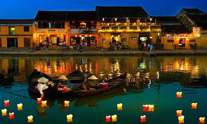 Người dân thả đèn trên sông Thu Bồn