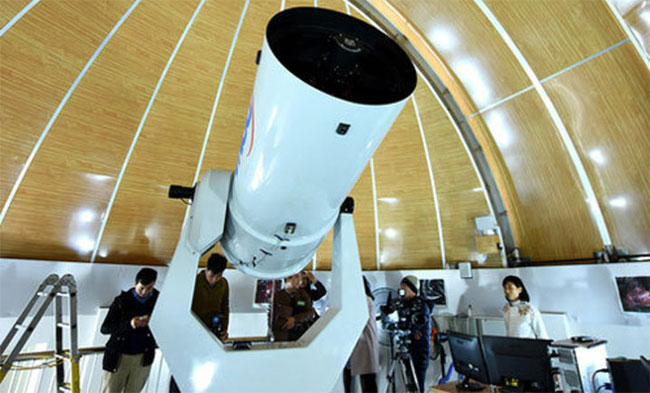 Kính thiên văn quang học đường kính 0,5m đặt trên đài quan sát để tìm hiểu bầu trời.