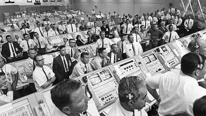 Các chuyên viên kiểm soát chuyến bay theo dõi hành trình của tàu Apollo 11.