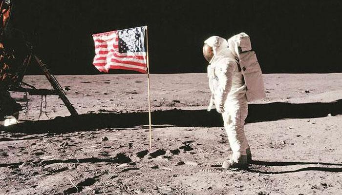 Neil Armstrong cắm lá cờ Mỹ lên bề mặt Mặt Trăng.
