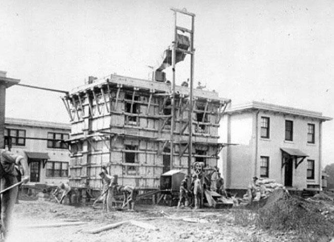 Ngôi nhà đang được xây bằng các khối bê tông đúc sẵn.