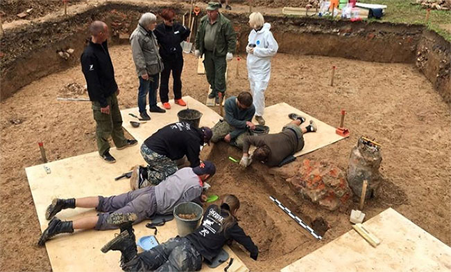 Các nhà khoa học đang tiến hành khai quật nơi được cho là mộ của tướng Charles Etienne Gudin.