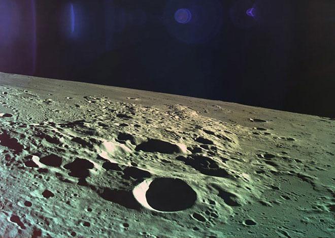 Mặt trăng là một cục đá hình cầu có lực hấp dẫn.